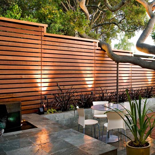 Schuttingen van hardhout en staal mooi voor elke tuin for Schutting tuin